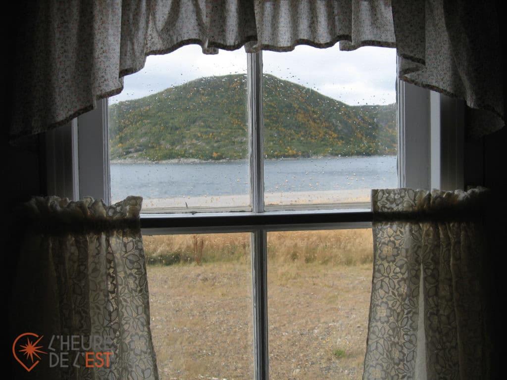 À Conche, Terre-Neuve, par la fenêtre